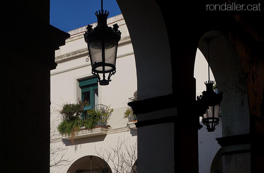 Barri de La Sagrera. Porxades neoclàssiques de la plaça Masadas, construides a finals del segle XIX.