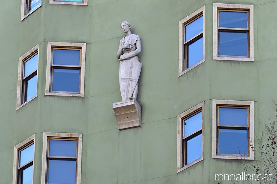 Casal de Sant Jordi. Estàtua del patró a la façana.