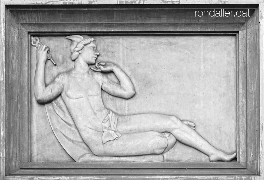 Plafó de marbre amb el relleu d'Hermes, déu del comerç.