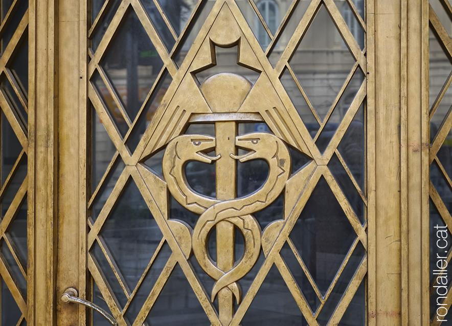 Casal de Sant Jordi. Relleu en una porta, amb els símbols d'Hermes, déu del comerç.