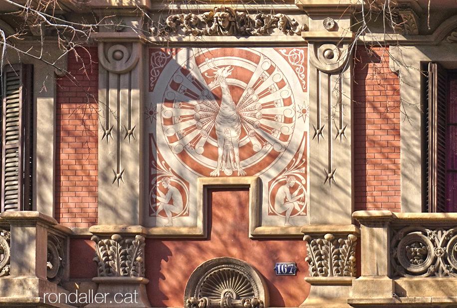Casa Joan Casals de Barcelona projectada per Modest Fossas i Pi. Detall del griu pintat a la façana.