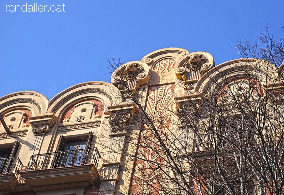 Casa Joan Casals de Barcelona projectada per Modest Fossas. Esgrafiat central amb la data 1827.