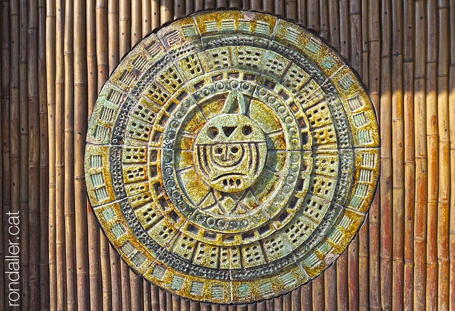 Obres de Julio Bono. Plafó circular que recorda un calendari maia a l'entrada de bar Kahiki.