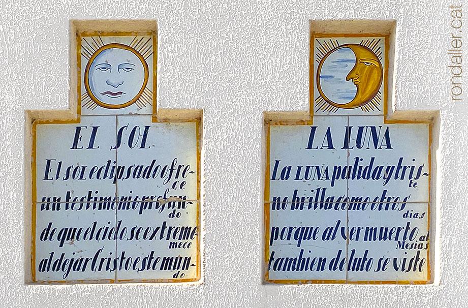 Plafons ceràmics amb els símbols de la Passió a la façana de la parròquia de la Mare de Déu de Sales a Sueca.