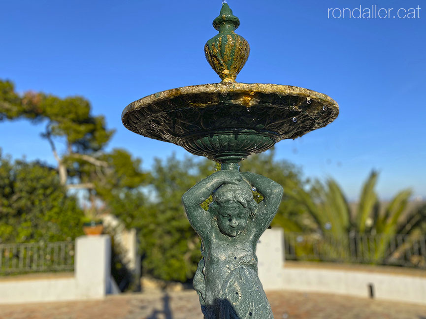 La Muntanyeta dels Sants de Sueca. Font que representa un infant als jardins.