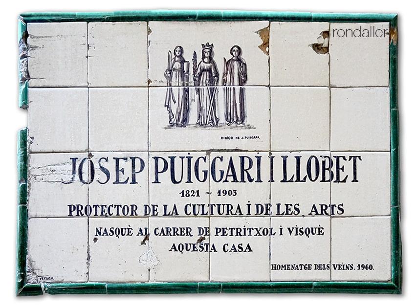 Plafó ceràmic de Guivernau al carrer Petritxol dedicat a Josep Puiggarí i Llobet.