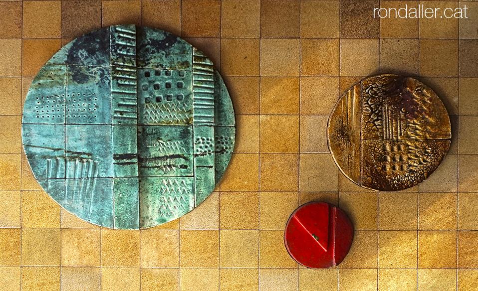 Obres de Julio Bono de formes circulars al vestíbul d'un edifici al carrer Villarroel de Barcelona.
