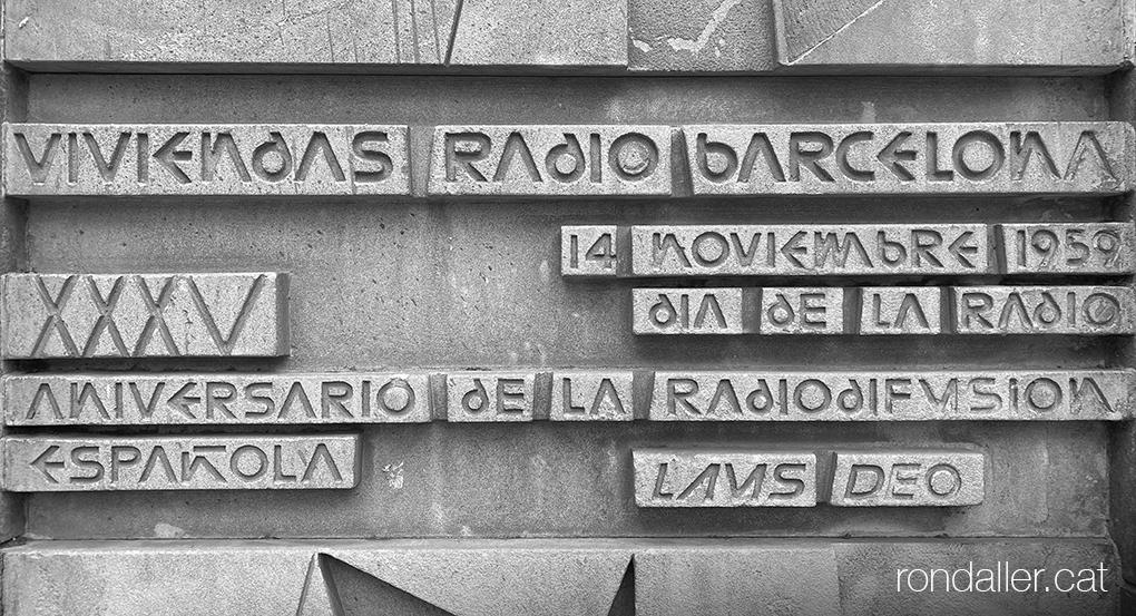 Habitatges Ràdio Barcelona. Inscripció de la inaguració el 1959 al carrer Loreto del barri de les Corts.