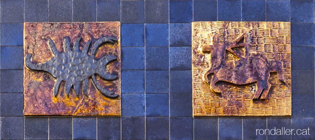 Dos dels plafons ceràmics amb els símbols dels signes zodiacals en una façana de Sant Cugat del Vallès .