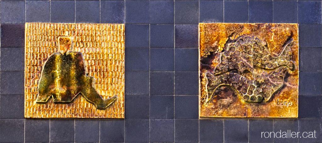 Obres de Julio Bono. Dos plafons ceràmics amb signes zodiacals en una façana de Sant Cugat del Vallès .