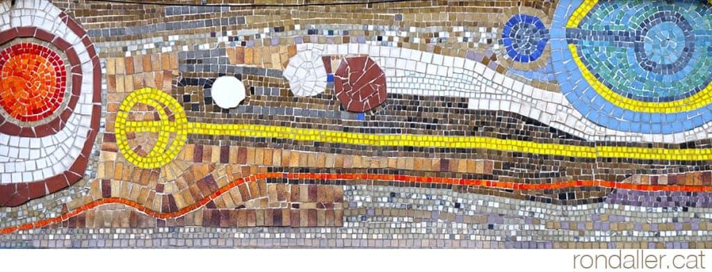 Un dels trams del mural de tessel·les de formes diverses, al carrer Comtes de Bell-lloc del barri de Sants.