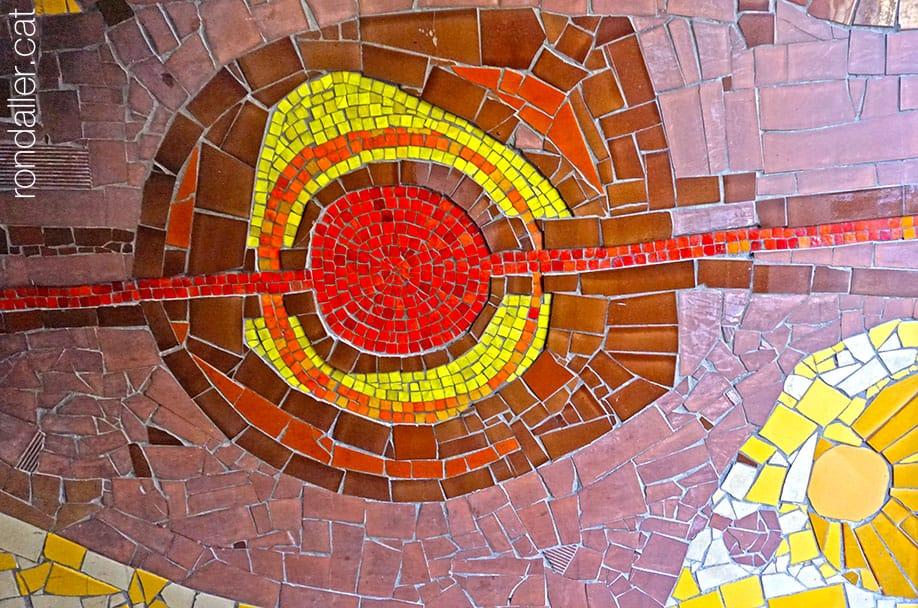 Un mosaic d'Olivé-Miliana l'interior del vestíbul d'un edifici del carrer Comtes de Bell-lloc de Sants.