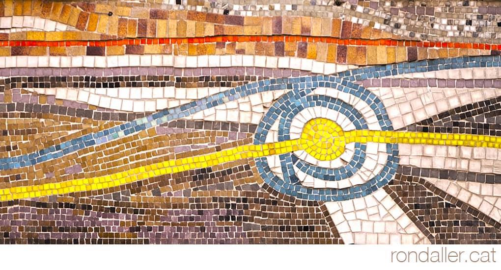 Detall de les tessel·les amb formes circulars. Carrer Comtes de Bell-lloc del barri de Sants.