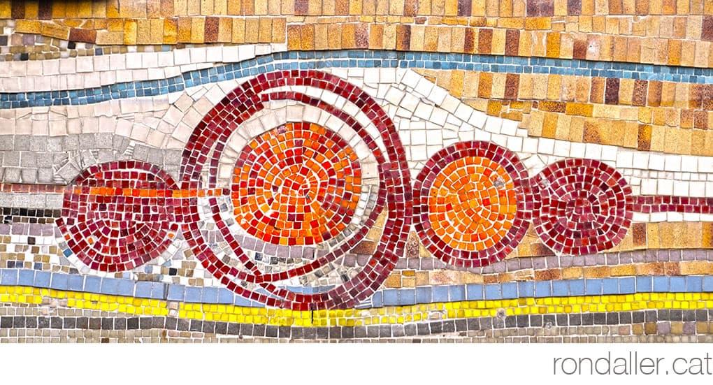 Un mosaic d'Olivé-Milian realitzat amb tessel·les on es veuen formes circulars.