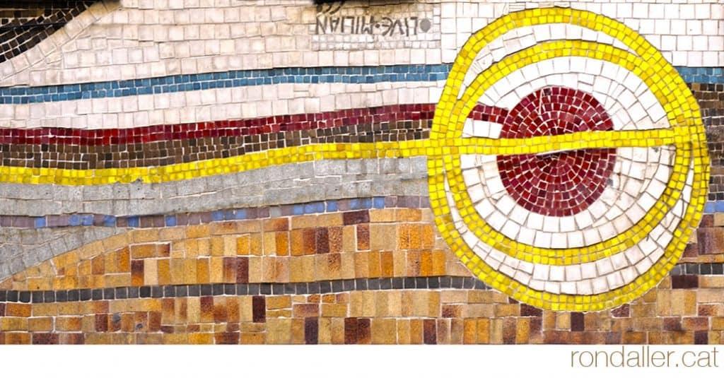Un mosaic d'Olivé-Milian al carrer Comtes de Bell-lloc. Detall de la signatura col·locada a l'inrevés.