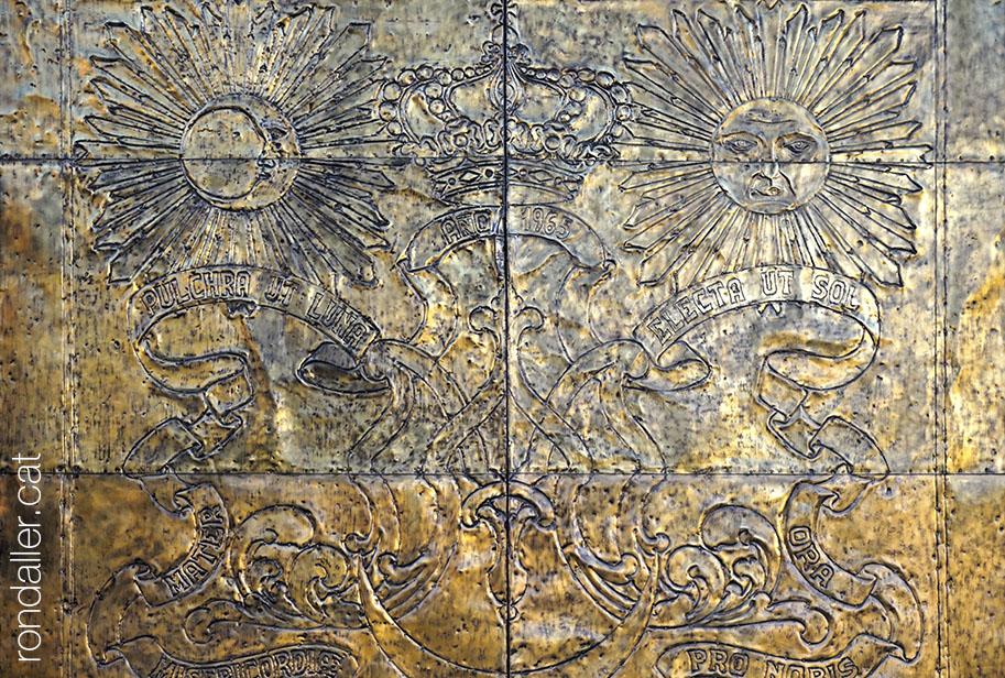 El barri de Campanar. Portes daurades de l'església, amb relleus del sol i la lluna.