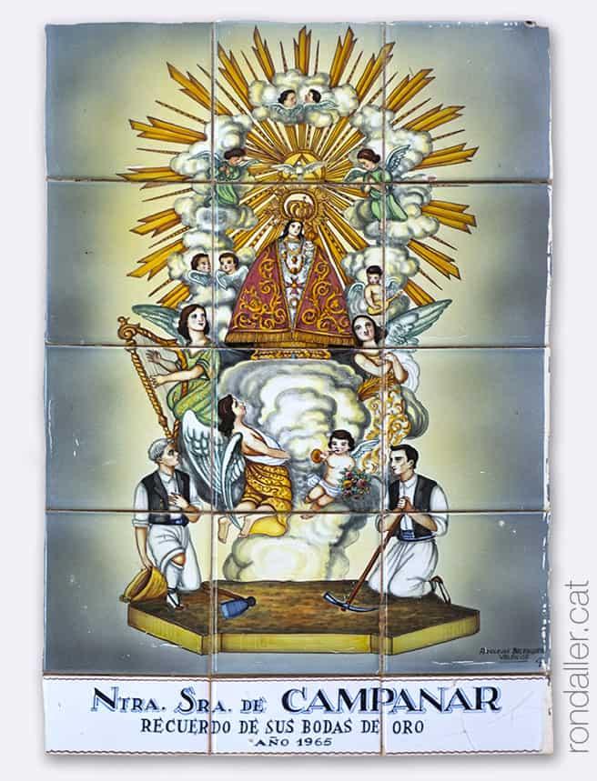 Plafó ceràmic de la Mare de Déu de Campanar, realitzat el 1965 i col·locat a la façana de l'església.