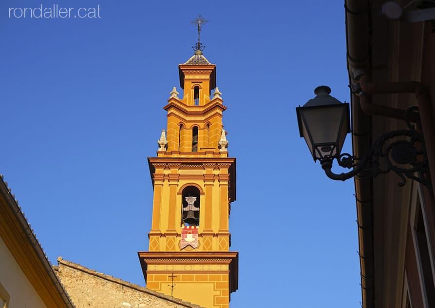 El barri de Campanar, amb la torre de l'església sota la llum de la tarda.