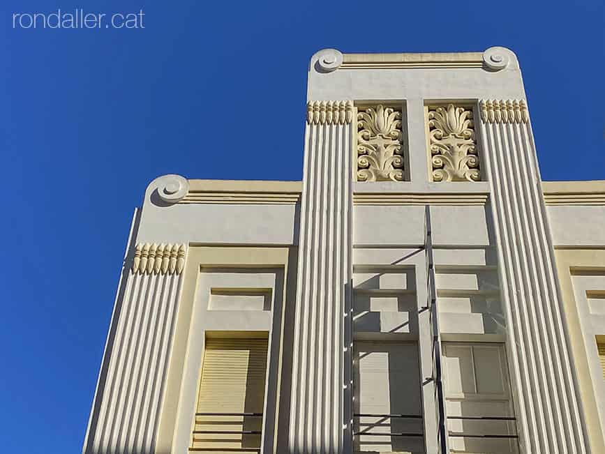 Passejada per Sueca. Edifici art-déco de l'antic Teatre Serrano, projectat el 1934 per Joan Guardiola.