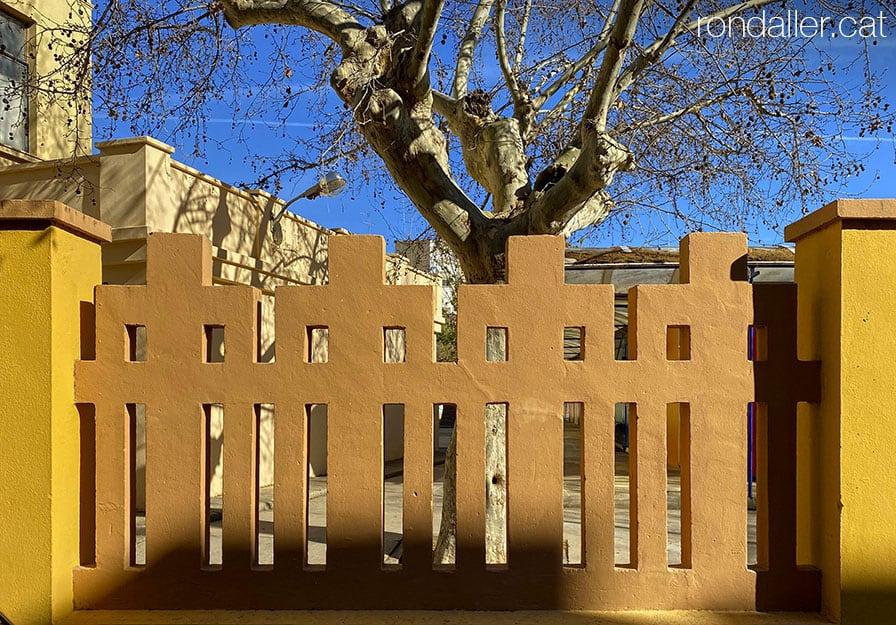 Passejada per Sueca. Barana de les Escoles Carrasquer, edifici projectat per Emilio Artal i Julián Ferrando.