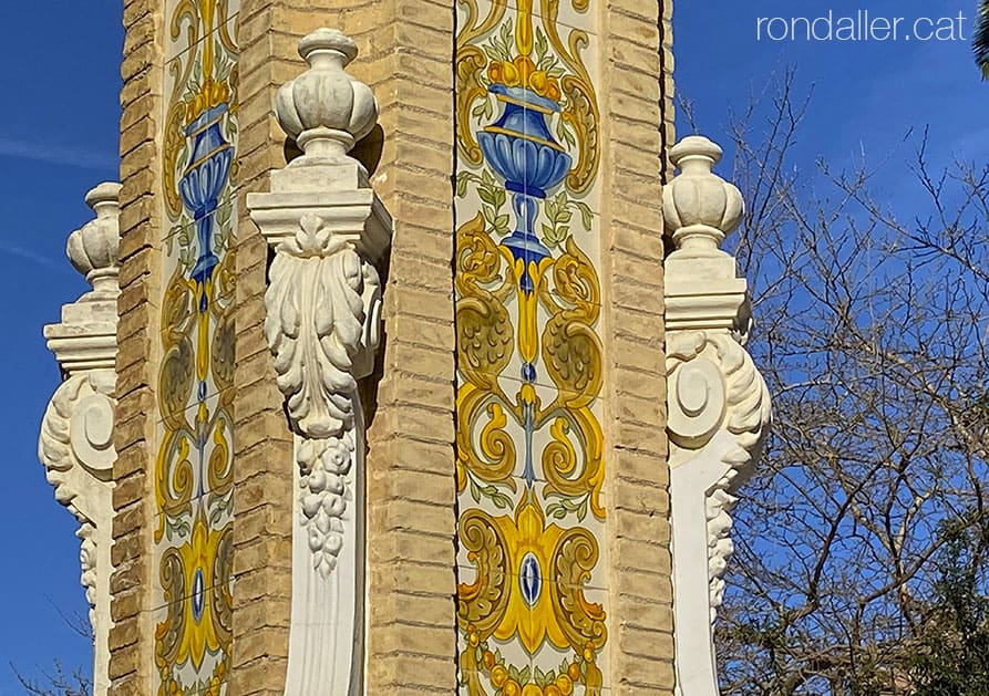Passejada per Sueca. Pilastres decorades amb rajoles a l'entrada del passeig de l'Estació.