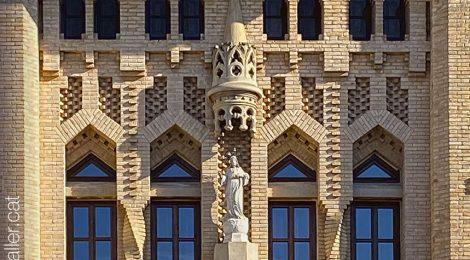 Passejada per Sueca. Façana modernista de l'asil d'ancians de Sueca. València, Ribera Baixa.