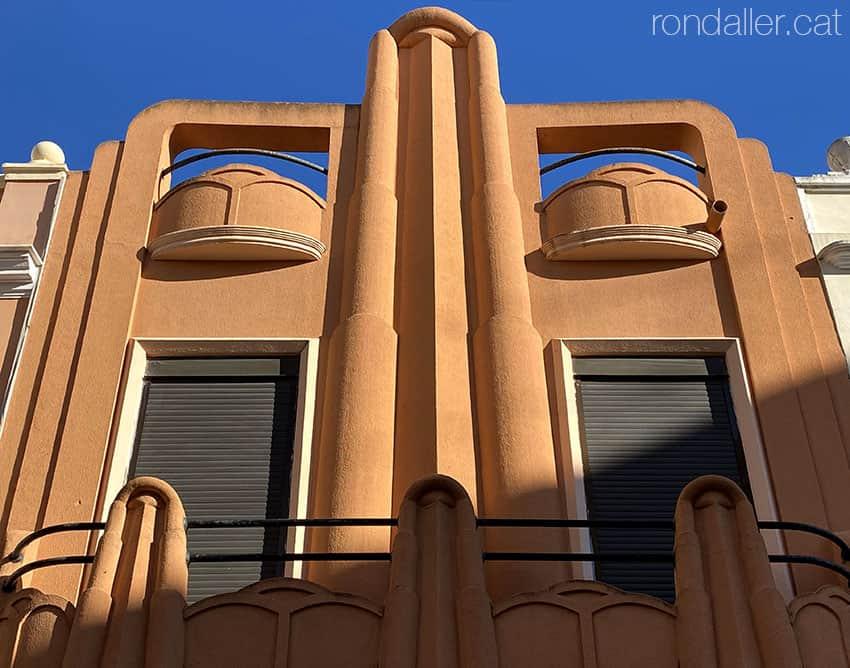 Edifici art-déco al carrer dels Carabassers de Sueca. Ribera Baixa, València.