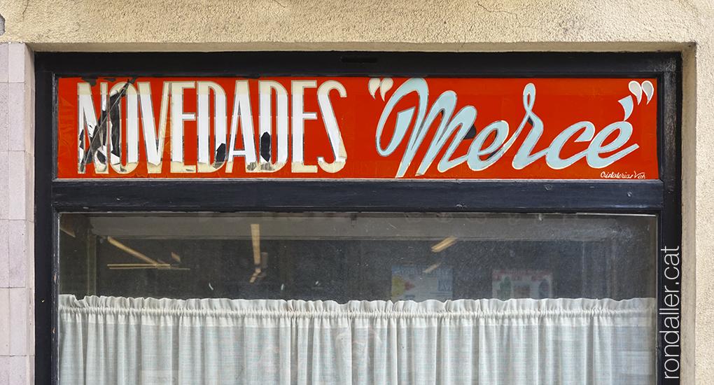 Rètols anònims de botigues antigues a Sant Joan de les Abadesses.