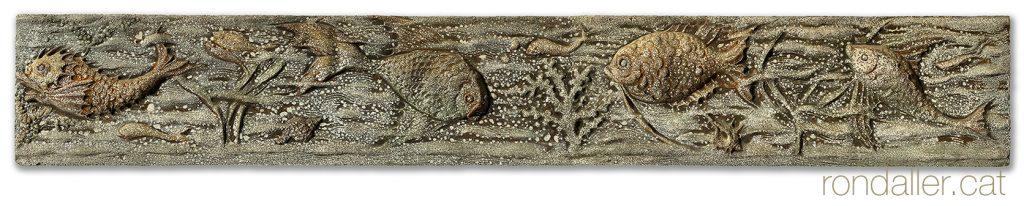 Fris ceràmic del 1965 amb relleus de peixos al Club Nàutic Vilassar de Mar (Maresme).