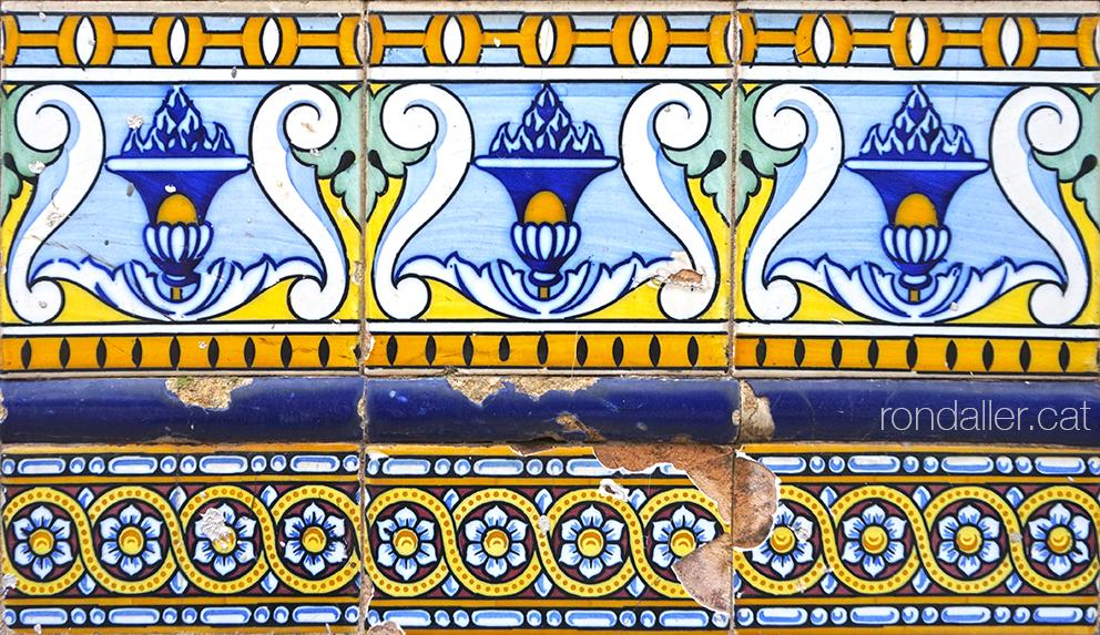 Decoració amb rajoles a l'antiga entrada dels Jardins del Real, al barri de La Saïdia de València.