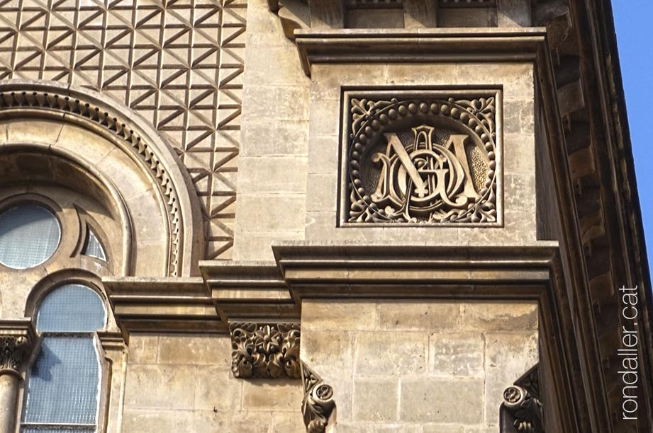 Relleu a la façana de l'església projectada per Joan Martorell.