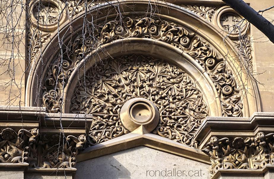 Decoració exterior de l'església del Sagrat Cor dels Jesuïtes de Barcelona projectada per Joan Martorell.