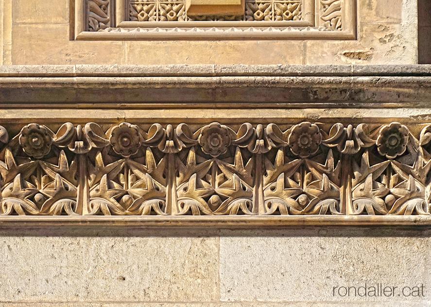 Decoració exterior de l'església projectada per Joan Martorell.