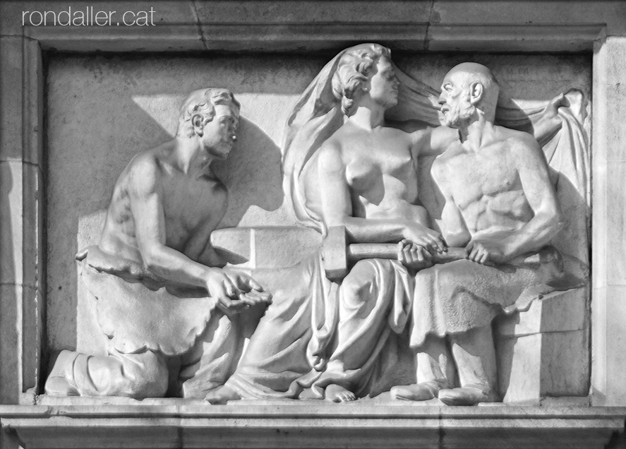 Relleu de Miquel Oslé a l'antic INP, actualment l'Institut Català de la Salut.