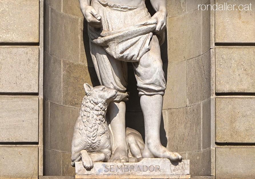 Escultura Sembrador de Miquel Oslé a l'antic edifici de l'INP de Barcelona.