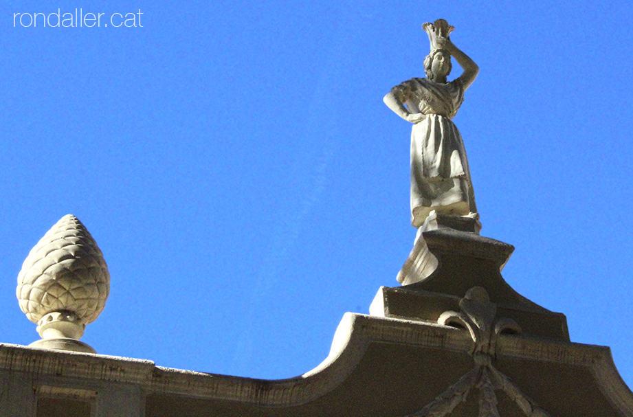 Escultura d'una noia valenciana a la façana d'un xalet a l'avinguda Joan Peset Aleixandre.