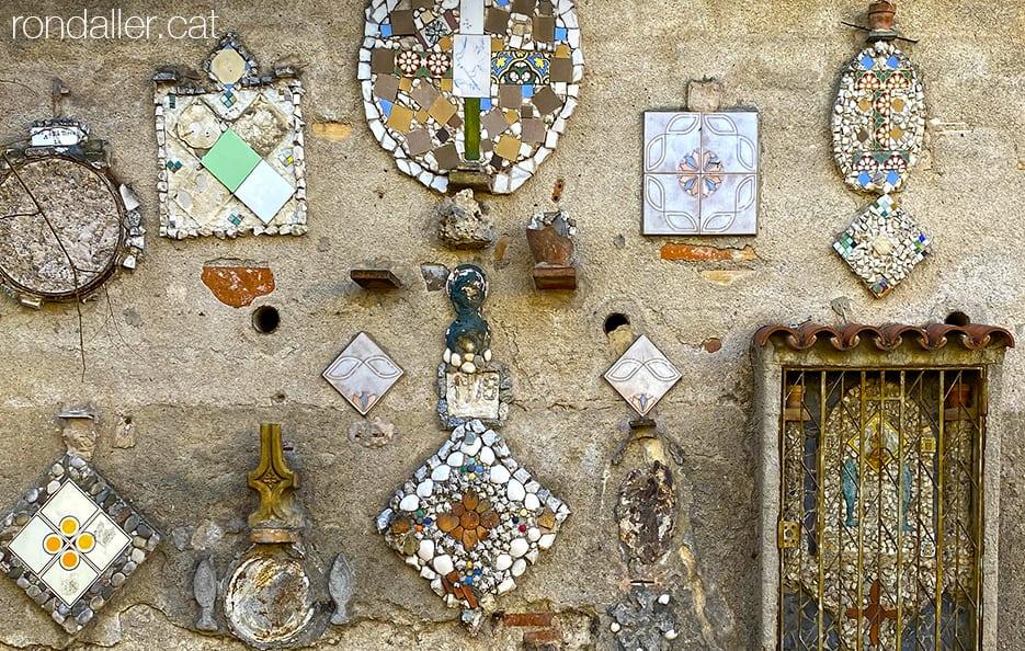 Decoració amb rajoles i còdols realitzada per Pere Salarich al carrer Isaac Albéniz de Tiana (Maresme).