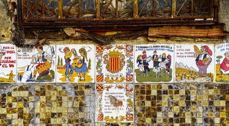 Decoració amb rajoles catalanes realitzada per Pere Saladrich al carrer Isaac Albéniz de Tiana (Maresme).