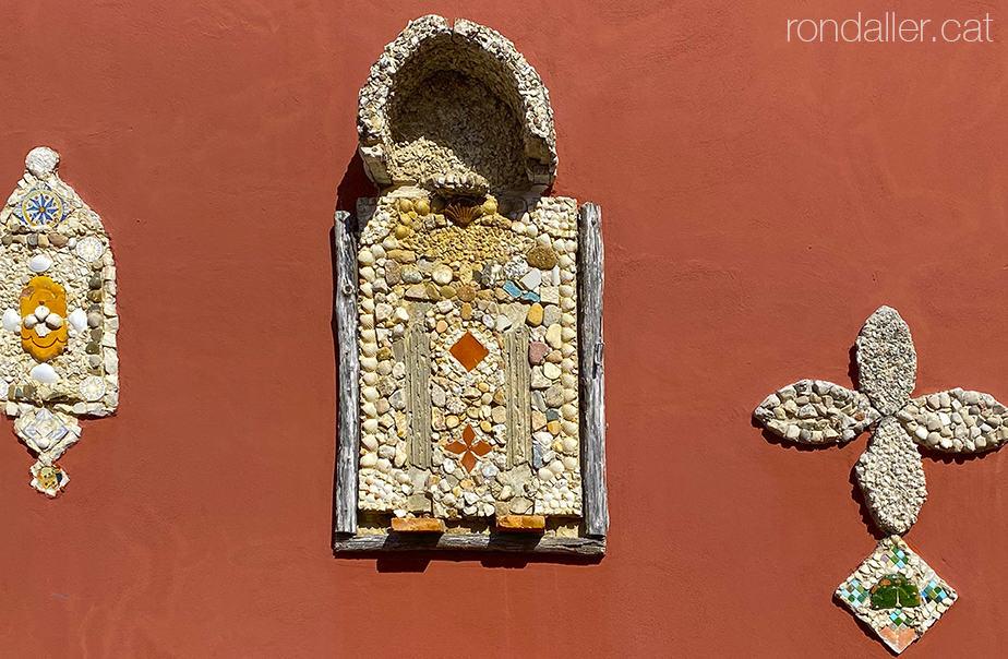 Decoració realitzada per Pere Salarich a la paret de Can Riera al carrer Lola Anglada de Tiana (Maresme).