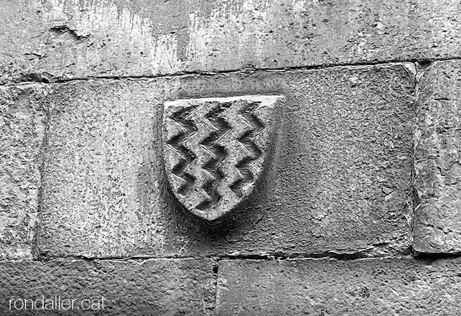 Escut de Can Cavaller, Can Riusec o Cal Marquès, habitatge de Josep Nicolau d'Olzina a Monistrol de Montserrat.