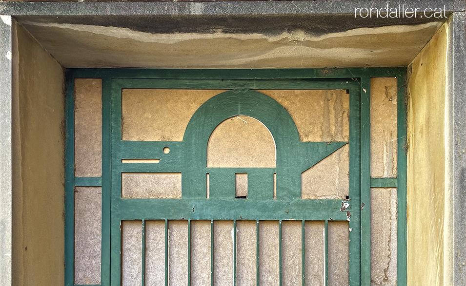 Porta amb tortuga a l'antiga fàbrica de manufactures Cañamás de Canyamars (Maresme).