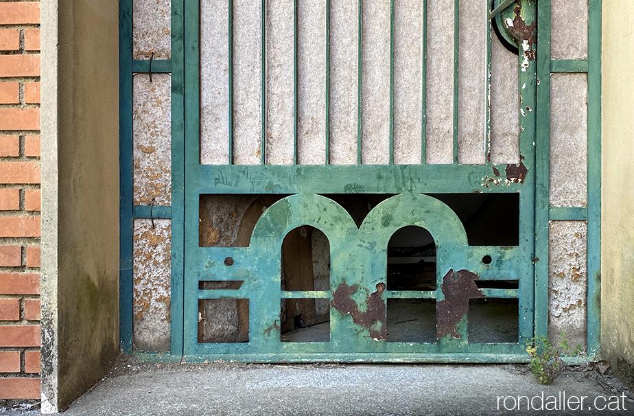 Porta amb tortuges a l'antiga fàbrica  de Canyamars (Maresme).