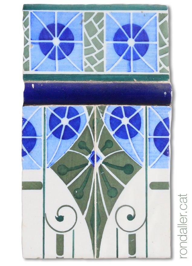 Detall del brancal enrajolat d'estil art-déco en una porta al carrer Major de Godella, a l'Horta Nord de València.