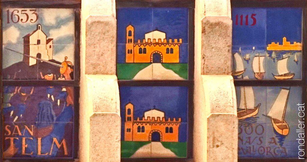Rajoles sota el ràfec de l'Ajuntament de Sant Feliu de Guíxols (Baix Empordà), obra de Vilà Clara.