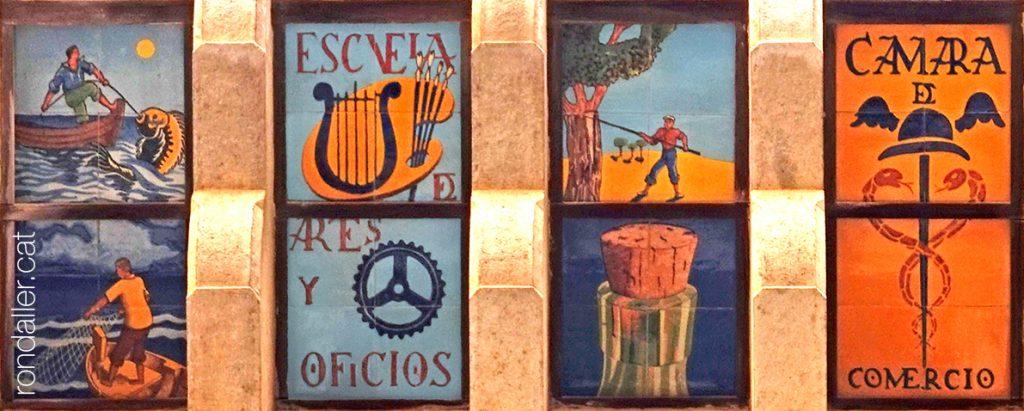 Plafons ceràmics que recorden els pescadors, l'Escola d'Arts i Ofici, la indústria del Suro i la Cambra de Comerç.