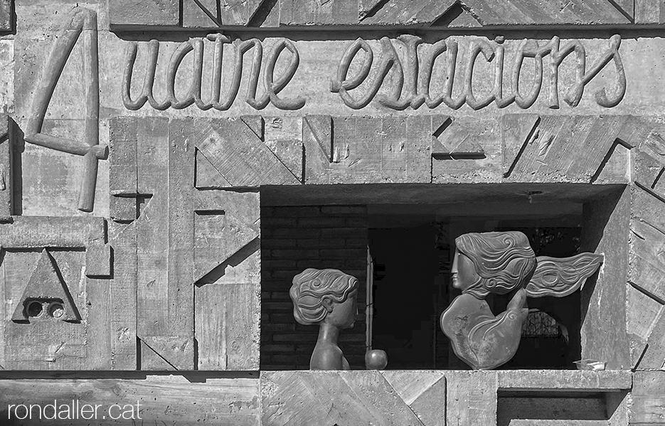 Detall de l'escultura d'Àlvar Suñol amb el nom Les quatre estacions, a l'avinguda Isaac Albéniz de Tiana.