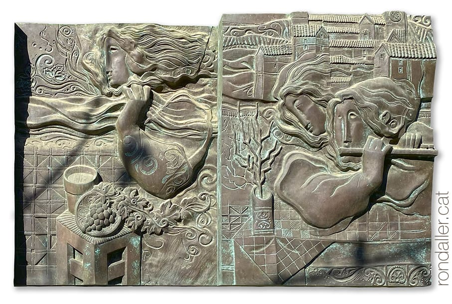 Relleu escultòric de bronze d'Àlvar Suñol que forma part de l'obra Les quatre estacions, a l'avinguda Isaac Albéniz de Tiana.