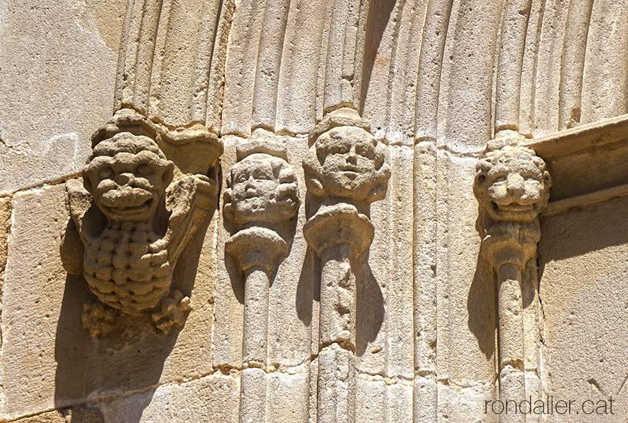 Portalades medievals del Maresme. Capitells gòtics de l'església de Sant Feliu de Cabrera de Mar.