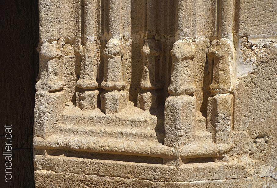 Motllures al peu de les columnes de la portalada de l'església de Sant Feliu de Cabrera de Mar.