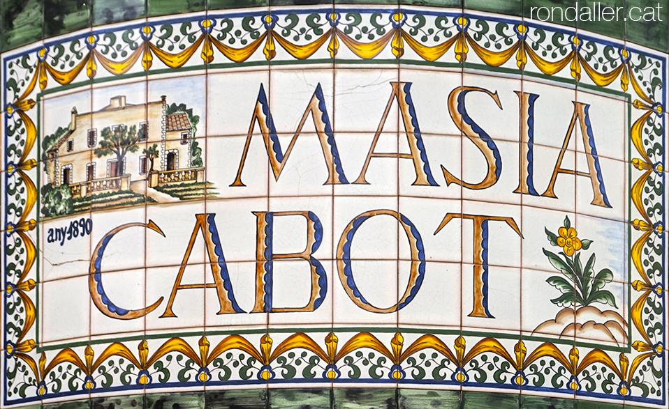 Plafó ceràmic amb el nom de la Masia Cabot de Vilassar de Mar (Maresme).
